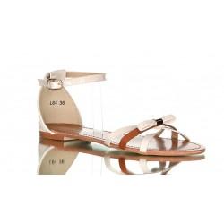 Beżowe sandały z kokardą. Delikatne i dziewczęce