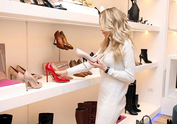 zakupy obuwia w tradycyjnym sklepie