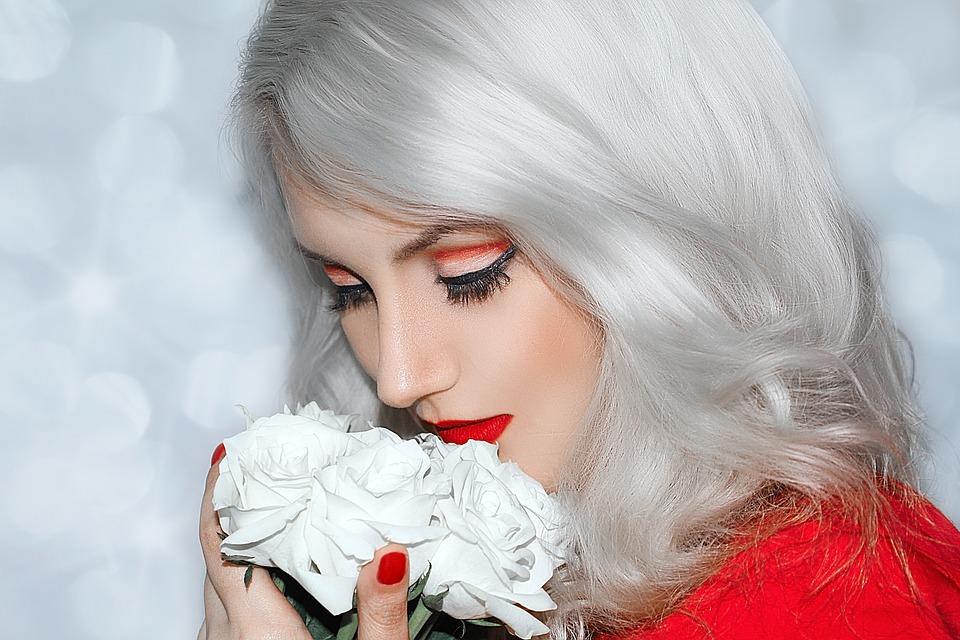 Ładna pani z kwiatkiem