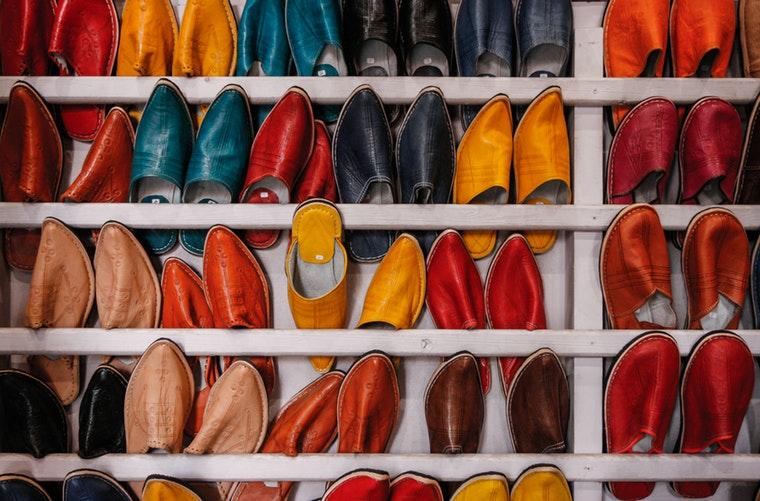 wystawa kolorowych butów