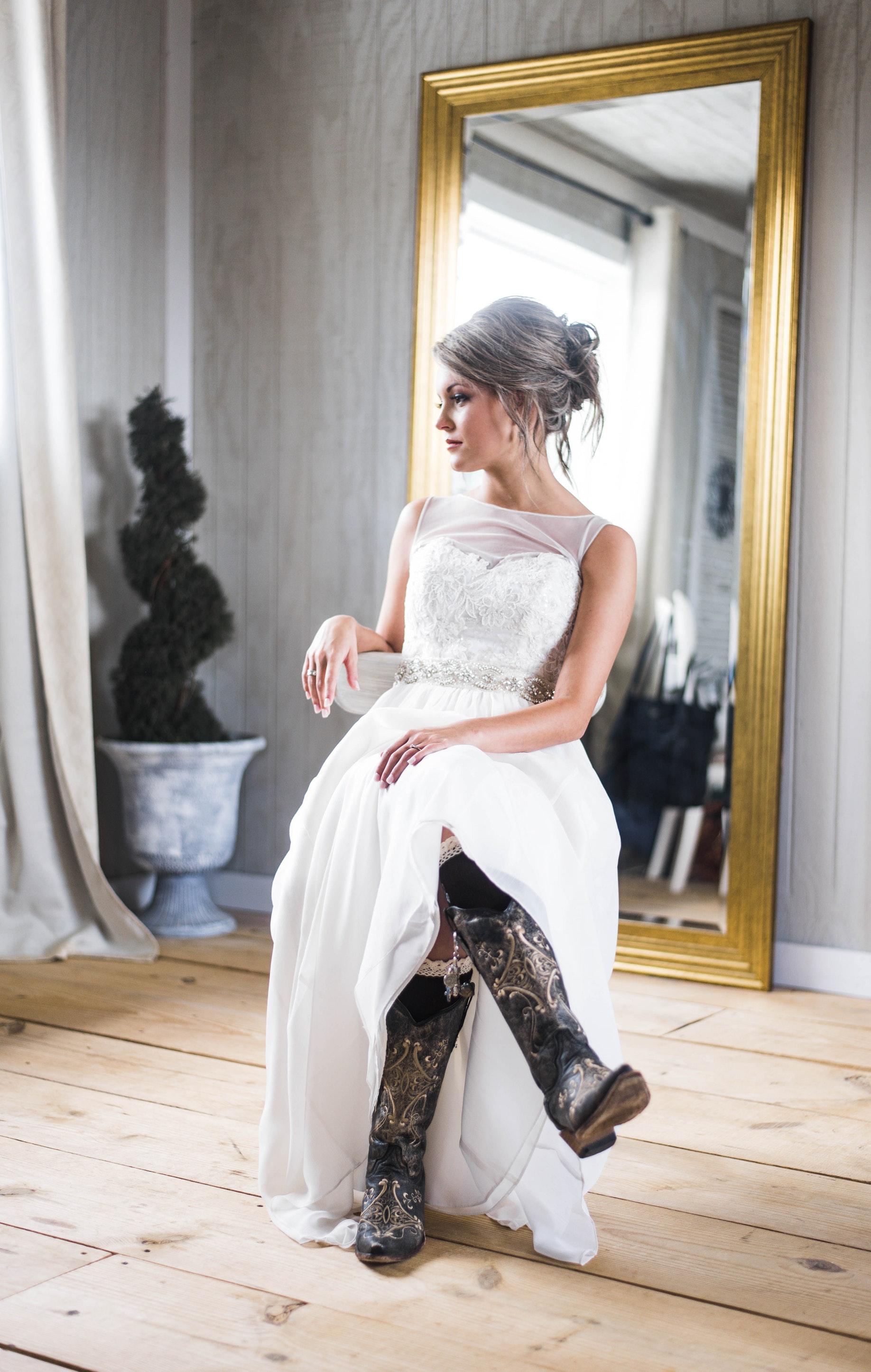 Kobieta - modelka w sukni i kozakach
