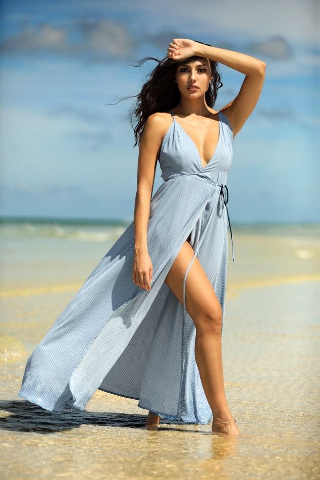 Kobieta - modelka w sukience