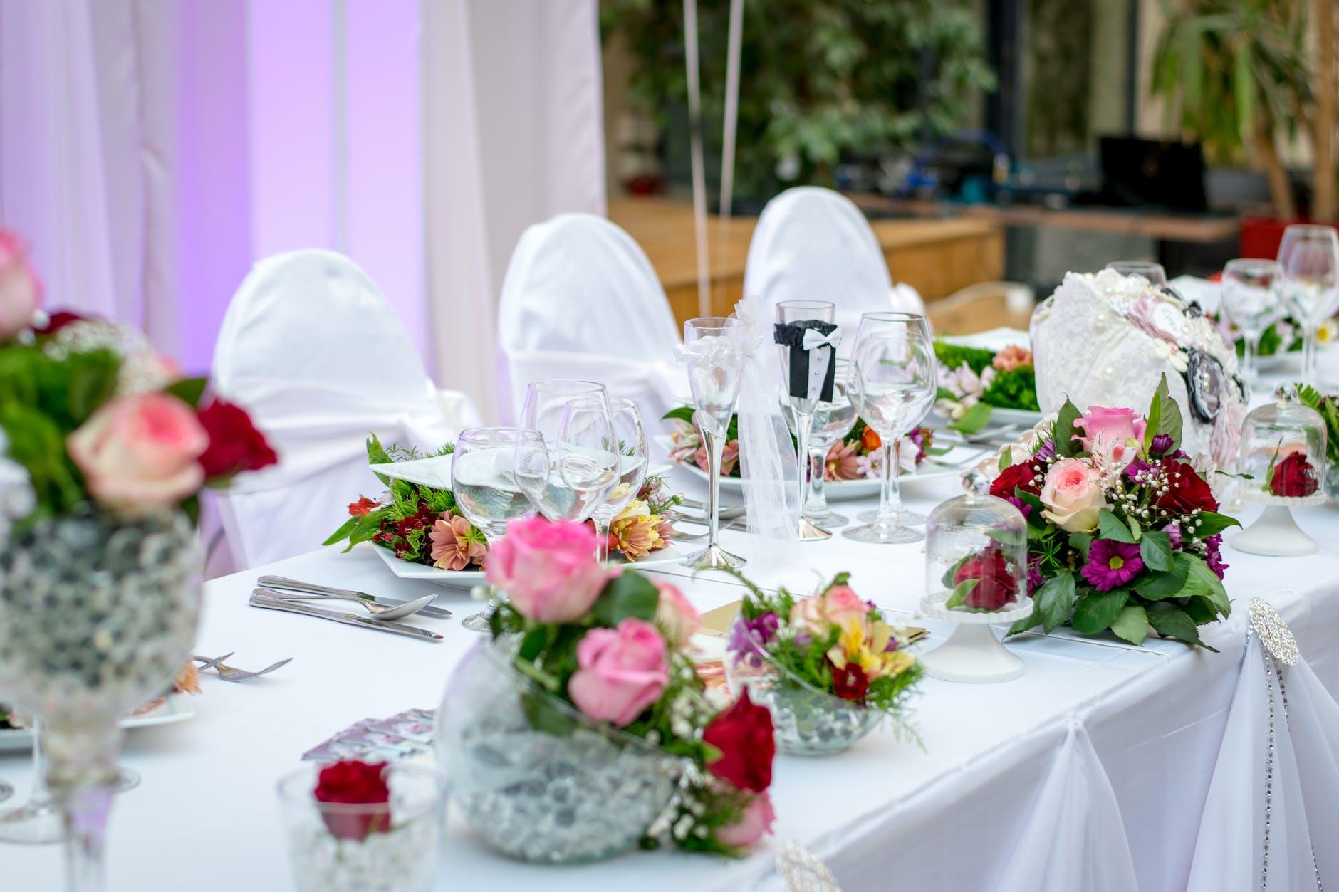 Wesele - stół, kwiaty, kieliszki